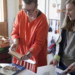 Päivi Heinonen esitteli edelleen käytössä olevia keittokirjaklassikoitaan Pipsa Liljedahlille.