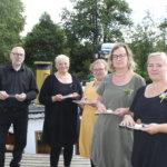 Kalevi Koivisto, Susanna Koivisto, Leena Heikkilä,Eriika Laurila ja Venla Laurila olivat tuoneet höyrylaivalle presidentillisiä herkkuja. Heila Cateringin menu oli paikallinen ja juhlava.