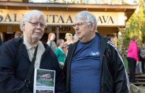 Lasse Jussila ja Juhani Koskinen osallistuivat 1940-luvun lopulla pärepoikina Salmentaan lavan rakentamiseen.