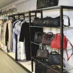 KnitWearin valikoimaan kuuluu runsaasti vaatteita ja laukkuja.