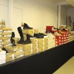 Kenkävalikoima on runsas. Kuomien lisäksi löytyy paljon naisten ja lasten kenkiä.
