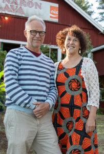 Vesijaon kesäasukkaat Raija ja Jarkko Peltoniemi tulivat Kyynärölle tanssimaan.
