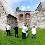 Rauniokirkon ikkuna-aukkojen korjaustyöt on aloitettu – Jukolan kävijöihin varaudutaan ylimääräisillä oppailla