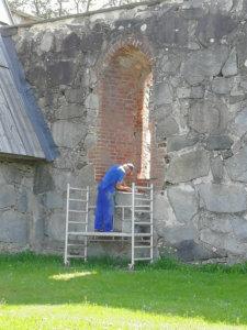 Matti Käenniemi aloitti muuramisen ikkuna-aukoista.