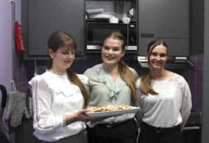 Tyyne Rantanen, Ella Haakana ja Miisa Hiltunen saivat esitellä Sauli Niinistölle Tauko-kahvilan toimintaa. Kahvin ohessa tarjolla oli Brita-kakkua, johon toivat mehevyyttä pälkäneläiset mansikat.