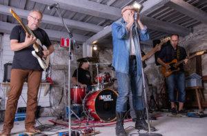 The Mudmakers eli Harri Perkiö (kitara), Aleksi Perkiö (rummut), Jouni Siljanto (laulu ja huuliharppu), Tero Koskinen (basso) ja Mika Lehtimäki (kitara)..