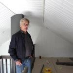 Markku Juutilainen kertoo, että minitalon parvi lisää asumismukavuutta ja tuo hieman lisää tilaa.