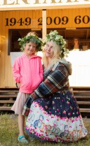 Vilja ja Ina Saarinen olivat koristautuneet Salmentaan juhannustansseihin upeilla seppeleillä.