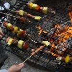 Tiistai-iltana leirillä grillattiin monenlaisia grilliherkkuja.