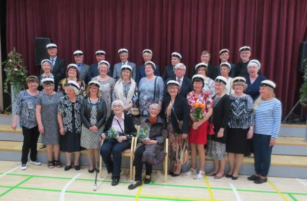 Mukana riemuylioppilaiden juhlinnassa olivat lauantaina myös luokanvalvojat Helinä Löfroos ja Anja Virta. Suuret lakitusmäärät olivat Pälkäneen yhteiskoulussa tavallisia 1960–80-luvuilla. Eniten valkolakkeja on jaettu vuonna 1975, 59 kappaletta. Lauantaina juhlivat vuoden 1969 ylioppilaat, tuolloin Pälkäneeltä valmistui yhteensä 56 uutta ylioppilasta. Kuva: Terttu Tuominen
