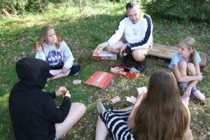 Sinttu-ryhmä pelasi Aliasta pelinlukupäivänä.