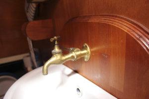 Bertassa on vesivessa. Myös käsienpesuallas löytyy.