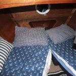 Nukkumatilat löytyvät veneen etuosasta. Tännekin mahtuu kaksi yöpyjää.