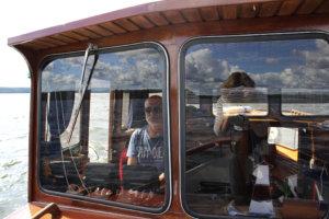 Bertan ohjaamo on Veijo Tervon rakentama, kuten koko vene. Veijo on kapteeni, Maarit toimii puosuna.