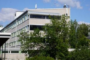 Entinen pääsisäänkäynti sijaitsee alueen suurimmassa rakennuksessa.