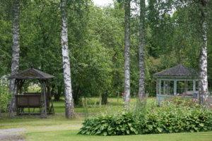Kaivannon sairaala-alueella on runsaasti puita ja istutuksia.