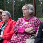 Tuula Jussila, Elsi Hakala, Anja Tuokko ja hänen lapsenlapsenlapsensa Jami Aaltonen nauttivat kyläjuhlan tunnelmasta.