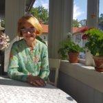 Muistojen kesäpäivä tapahtumaansa valmistautuvan Hovilan emäntä saa pelargoniat kukoistamaan – somerolaiskartanon näyttelyt esittelevät Ylen puvuston helmiä ja muistoja hurmaavilta 1950- ja 1960-luvuilta