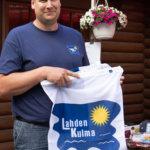 Lahdenkulman kyläyhdistyksen puheenjohtaja Jussi Järvenpää esitteli tuoretta kyläviiriä.