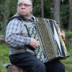 Reijo Lehto soitti perinteisiä laulelmia vanhalla Viipurin soitintehtaan valmistamalla harmonikalla.