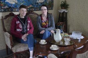 Tuija Lindell ja Taija Lindell vanhan päärakennuksen liki 50-neliöisen salin sohvalla.