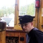 Lämmittäjä Mikko Toponen tarkkaili veden määrää ja pannun painetta.