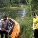 Matti Kettunen käytti sup-lautaa veden ylittämiseen ja sai aplodit nopeasta suorituksestaan.