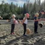 Keppihevoskilpailut keräsivät pälkäneläisiä lapsia KR-tallille Iltasmäkeen