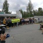 Pelaajat ennen turnausta kuuntelemassa Maamme-laulua.
