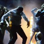 Viisi tähteä: TTT:n Juhannustanssit yllättää siveellisyyden sipuliudellaan – näyttelijätyö, musiikki, koreografia ja valaistus kertovat juhlijoiden maailman olevan raiteiltaan