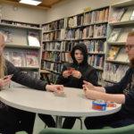 Pelimies sai seuraa kirjastossa