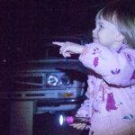 Pimeät biilit toivat jännitystä iltaan – automuseolla ihmeteltiin, kuka sammutti valot