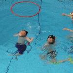 Kuohussa pääsee testaamaan, kuinka pelastusliivit saa puettua vedessä päälle – Vesisankarit-tapahtuma valtaa uimahallin