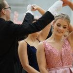 Kangasalan lukion vanhojentanssit tanssittiin Pitkäjärvellä – katso kuvista Wanhojen upeaa pukuloistoa