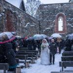 """""""Emme tehneet varasuunnitelmaa ulkona vihkimisen rinnalle"""" – Leena Virta ja Karo Kautonen vihittiin rauniokirkossa keskellä talvea"""