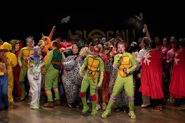 Abigaala toi lavalle värikkään joukon abiturientteja. Kuvat: Jooel Hilden.