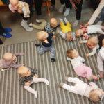 Pirtti täyttyi vauvaenergiasta, kun viime vuoden aikana syntyneet vauvat tapasivat perheineen