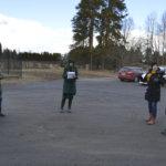 Vilpeilän koulun pihalla kuvattiin maaliskuun lopussa erityisesti päättäjille suunnattu video. Kuvaaja Kim Saarinen, Marja Lähteenmäki (keskellä) ja Hanna-Leena Laszka neuvottelevat seuraavista otoista. Anssi, Maria ja Hertta Heinonen odottavat kuvausvuoroaan.