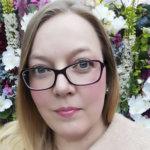 Korona pisti hääsuunnittelijan kesän uusiksi – Suomen tunnetuin hääsuunnittelija Anu Beadle työskentelee myös sairaanhoitajana Kangasalla