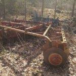 Käytöstä poistettuja maatalouskoneita on jätetty kaikkialle ympäristöön.