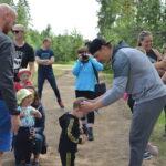 Mansikkajuhlilla nähtiin ennätysmäärä juoksijoita – osallistujat pokkasivat mitalinsa Pekka Saravolta ja Joona Luodolta
