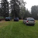 Varamaan esiintymislavan nurmialueelle pysäköidään sitkeästi, vaikka ei saisi – jatkossa paikalle parkkeeratut autot sakotetaan