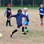 Pallo hallussa – nuoret jalkapalloilijat tutustuvat lajin saloihin yhteiskoulun nurmella
