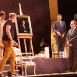 Teatterinjohtaja Reino Braggen rintapielessä loistaa nyt harvinainen kunniamerkki – tuloksentekijän ja hengenluojan elämäntyötä kunnioitetaan valokuvaaja Harri Hinkan muotokuvalla