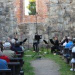 Tampereen Filharmonian vaskiseitsikkoa kuultiin elokuun illassa rauniokirkolla