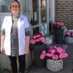 Pälkäneen apteekin edusta komeilee kukkaloistossa