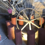 Vanha riihi hehkuu taideinstallaatiossa – taiteilija Minna Salonen muutti maaseudulle paremman työrauhan perässä