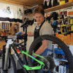Polkupyörä tulisi säilyttää talven yli mieluiten sisätiloissa – sähköpyörän akkua ei saisi päästää kokonaan tyhjäksi talvellakaan