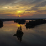 Tummaa ja levollista järvimaisemaa