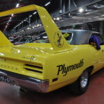 """Mobiliassa mennään eikä meinata – pienoisnäyttelyssä esillä rallipolkujen Lancia ja Audi sekä Autot-elokuvan """"Kunkkuna"""" monen tuntema Plymouth Roadrunner Superbird"""